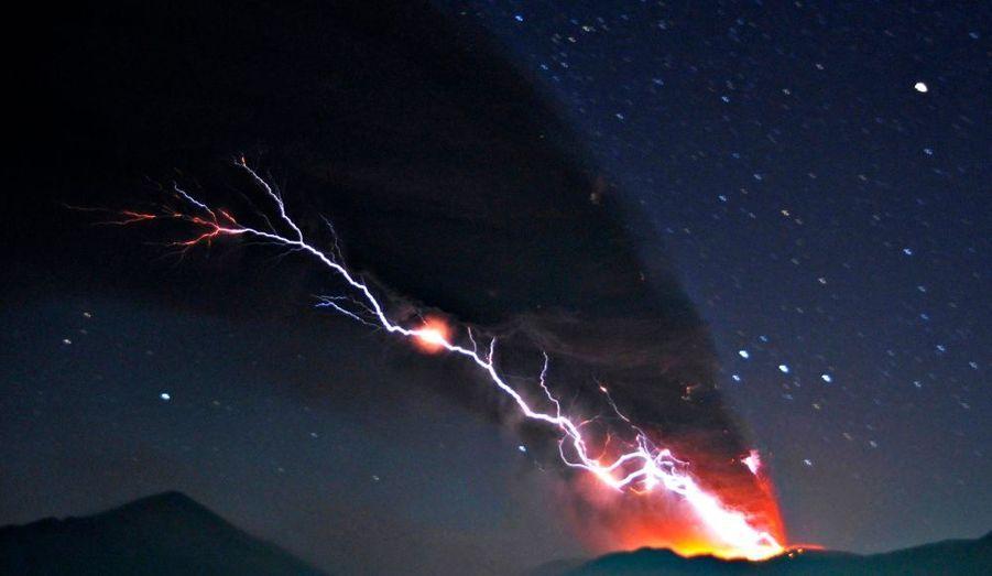 Le volcan Shinmoedake, au Japon, est entré en éruption. Le danger est tel que toutes les habitations à 2 kilomètres à la ronde ont été évacuées.