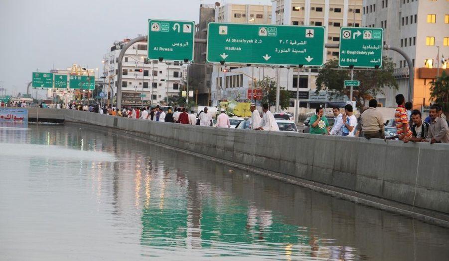 Les habitants de Jeddah, en Arabie Saoudite, traversent un pont au-dessus d'une rue envahie par les eaux. Des pluies torrentielles ont inondé la ville portuaire et entraîné de nombreuses coupures d'électricité. Les autorités craignent que ne se répète le scénario catastrophe qui avait coûté la vie à 120 personnes en 2009.