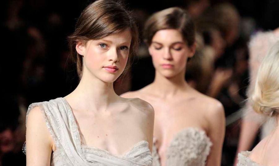 Le mannequin suisse Julia Saner -qui a remporté en mai dernier le célèbre concours Elite Model Look of the World-, défile pour le designer libanais Elie Saab dans le cadre de son défilé Haute Couture Printemps-Eté 2011 à la Fashion Week de Paris.