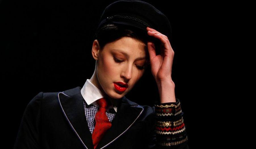 Un mannequin présente une création de la couturière autrichienne Lena Hoschek à l'occasion de la Fashion week de Berlin.