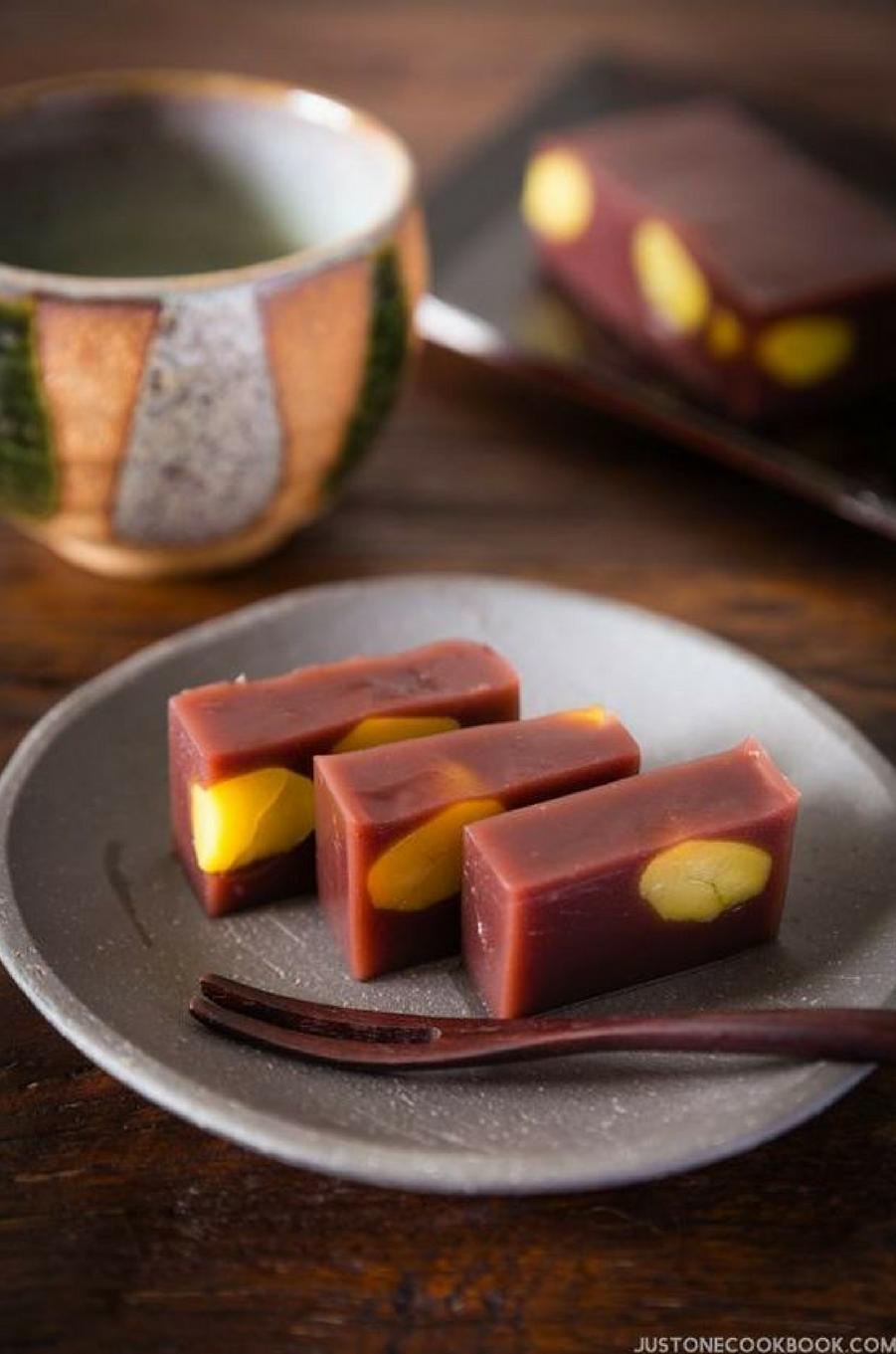 Leyōkan, pâtisserie sucrée faite avec une pâte de haricot rouge du Japon gélifiéehttps://www.pinterest.fr/pin/565624034432590394/