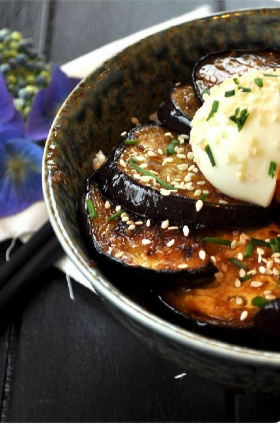 Le donburi, plat typique composé de riz et d'une garniture au choix (ici des aubergines)https://www.pinterest.fr/pin/141441244525022165/