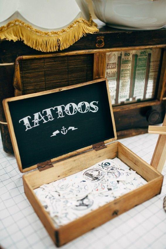 Un stand de tatouageshttps://www.pinterest.fr/pin/359795457714406812/