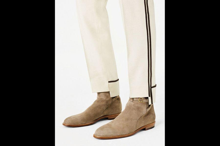 Tonalités camel et velouté sensuel, le veau velours signe le retour des années 1970 et du style à la Steve McQueen. Inspiré par le look de l'acteur américain, mixez vos basiques avec cette matière noble pour un été californien au chic nonchalant. Boots à boucle, Bally, 650 €.