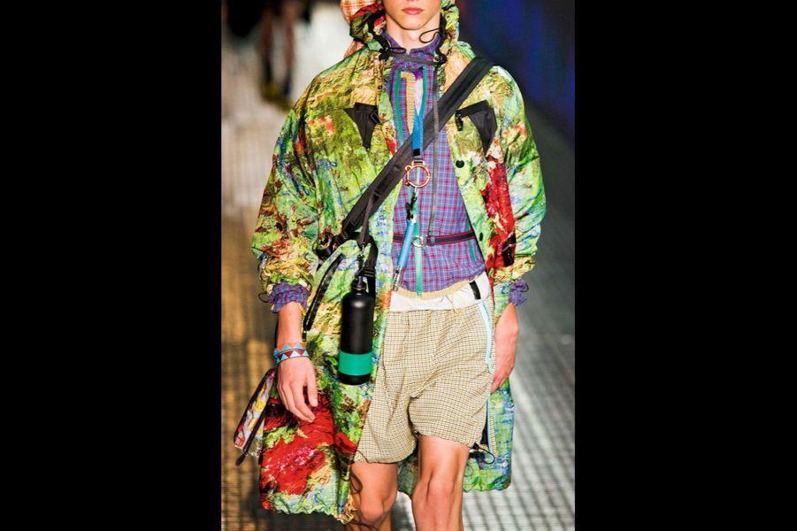Prada. Le sac à dos est devenu l'accessoire de l'homme moderne, il quitte les bancs d'écolier pour intégrer les collections Saint Laurent Paris, Dior homme ou Givenchy qui lui font connaître son heure de gloire, conjuguent les codes du sportswear avec ceux du luxe.