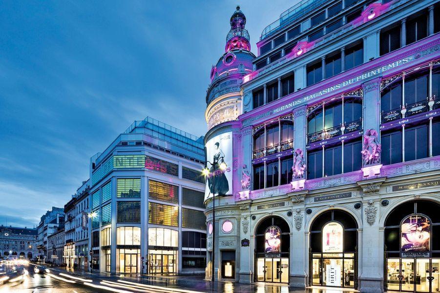 Le Printemps de l'homme Pourquoi on en parle ? Typiquement parisien, le grand magasin mise sur la mode masculine qui déménage dans le bâtiment dédié jusqu'ici à la beauté et à la maison, sur le boulevard Haussmann. Après un chantier colossal, le nouveau Printemps de l'homme a dévoilé, le 30 janvier dernier, 11 000 mètres carrés répartis sur six étages, imaginés par trois cabinets d'architectes (dont Wilmotte & Associés et le collectif très branché Ciguë) et des créations exclusives de près de 80 marques pour mieux capter les tendances. L'ensemble est articulé autour d'un geste architectural fort. Une « voile » graphique qui se déploie entre les étages fait circuler l'énergie entre l'ultraluxe et la mode urbaine, le tout nouveau café Jules et les corners saisonniers. Les dandys modernes se laisseront séduire par cette ambiance laboratoire de création. Où ? 64, boulevard Haussmann, Paris IXe.
