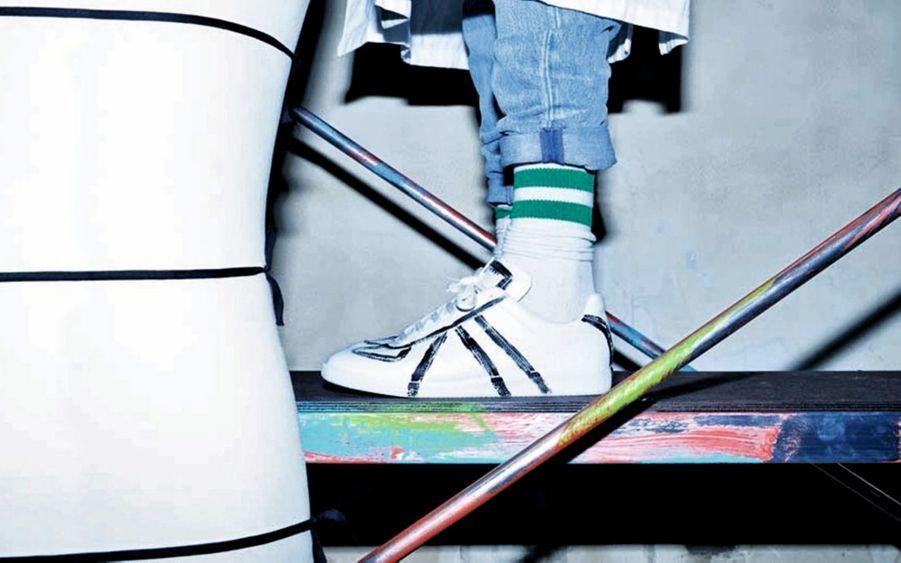 Maison Margiela.Maison Margiela célèbre les 20 ans de la basket Replica. Ce modèle devenu culte est inspiré d'une sneacker repérée en 1996 dans un marché aux puces de Vienne. Pour les collectionneurs, une étiquette à l'intérieur rappelle – comme pour les bons vins – sa date de création et son origine. Un anniversaire millésimé