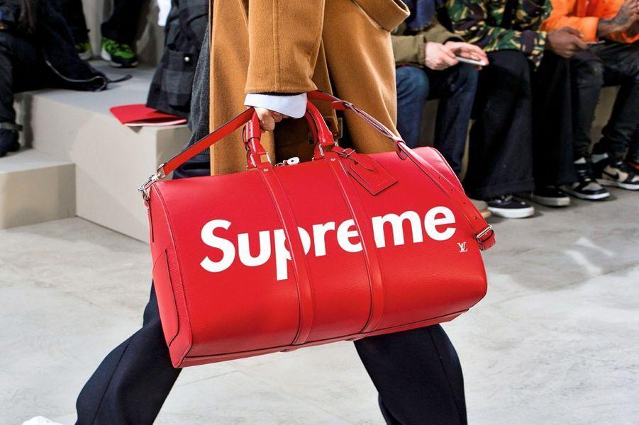 Lors de son défilé automnehiver 2017, Louis Vuitton a dévoilé une ligne d'accessoires en collaboration avec la marque de streetwear new-yorkaise Supreme. Les logos des deux maisons se superposent pour un effet séduction décuplé.
