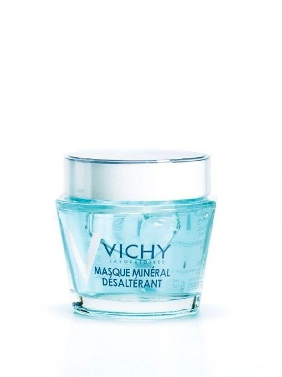 Enrichie en eau thermale minéralisante et en vitamine B3 pour hydrater avec intensité, sa texture fraîche comble les peaux assoiffées en quête de nutriments.Vichy Masque Minéral désaltérant, 75 ml, 20 €.