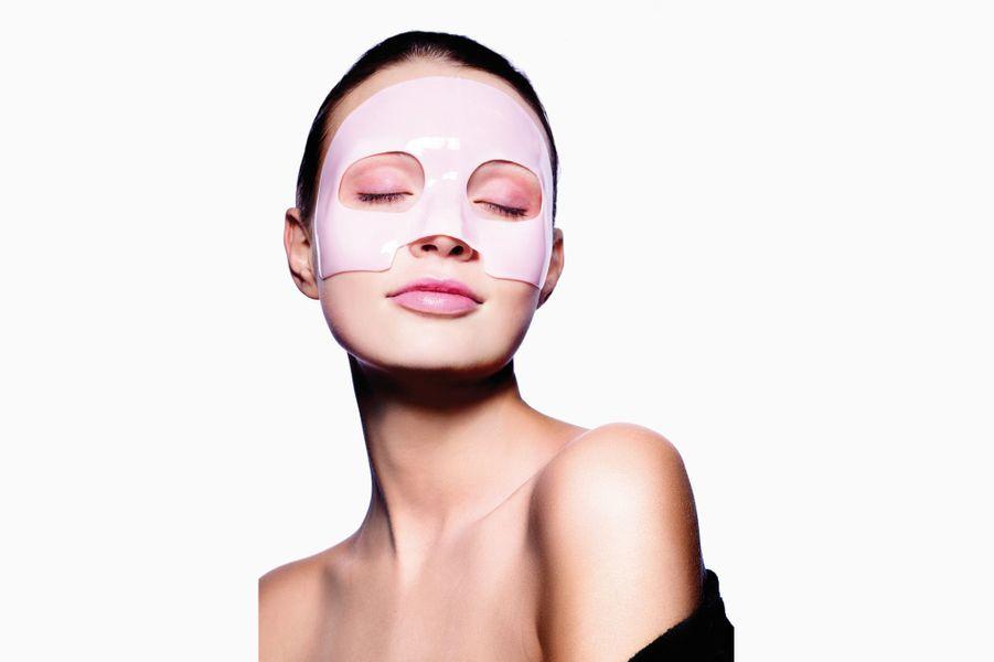 Le caoutchouc s'invite sur la peau pour l'illuminer, il agit aussi sur la fermeté grâce à ses actifs ciblés. Dr Jart + B Rubber Mask, 45 g, 10,90 € (en exclu chez Sephora).