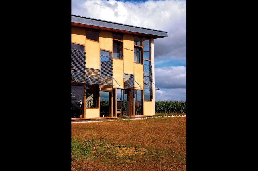 Maison lumière-temps: une construction de 130 m2 en béton de chanvre réalisée par l'architecte Yann Roinnel dans le Morbihan.