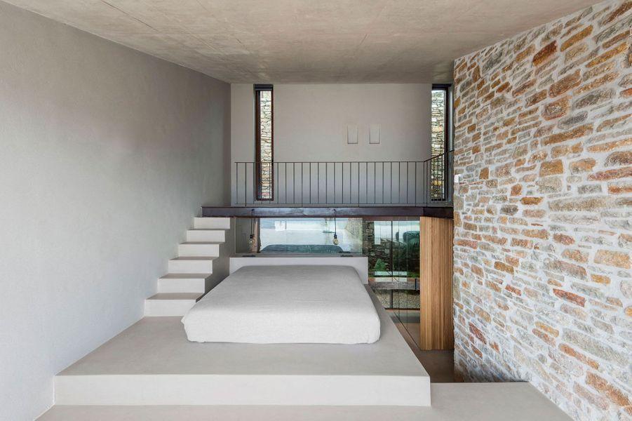 """Les architectes athéniens de Mold Architects ont dévoilé leur dernière création: """"Ncaved"""", une maison de luxe nichée dans une falaise sur l'île deSerifos, en Grèce."""