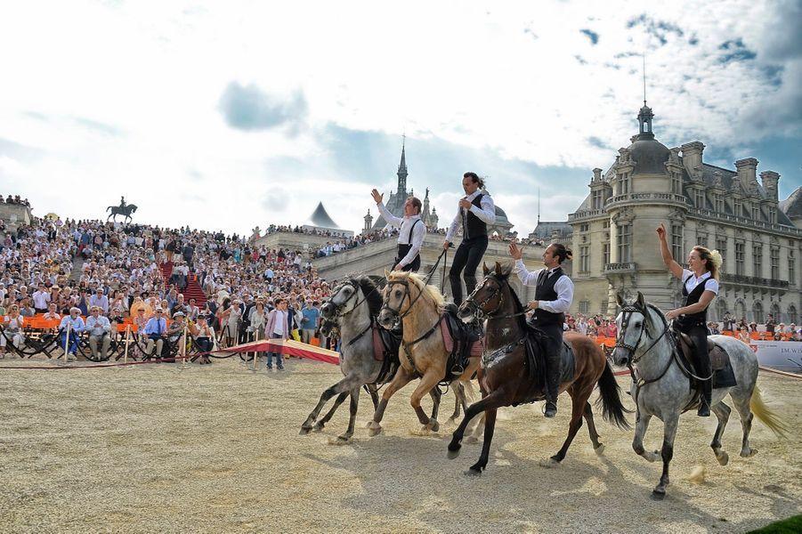 Le spectacle « Notes Equestres by Mario Luraschi » ouvre le défilé des voitures