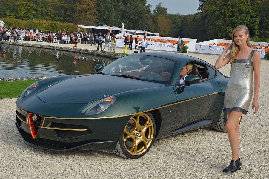 Victorieuse du concours d'élégance, l'Alfa Romeo Disco Volante by Touring est accompagnée d'un mannequin habillé par Paco Rabanne