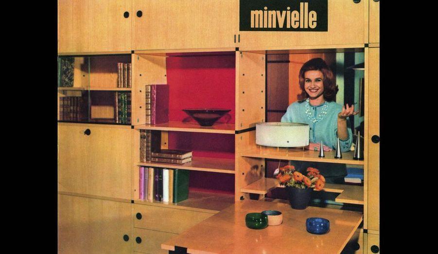 Assemblée selon les besoins de chacun, cette bibliothèque Minvielle, en frêne avec table intégrée, peut aussi servir de cloison pour structurer l'espace.