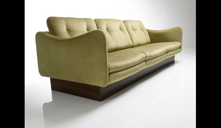 Ce sofa Teckel de Steiner, long comme le chien, est assez vaste pour regarder la télé avec toute la famille.