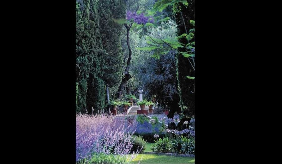 Quand ils parlent ronces et autres mauvaises herbes, ils s'emballent. A Paris, on s'arrache leurs magnifiques terrasses hérissées de graminées et d'aubépines. A Taroudannt, dans le sud du Maroc, où ils sont installés depuis dix ans, ils ont réhabilité toutes sortes de cactées, dont les figues de Barbarie, aux fleurs roses, jaunes, oranges… Parmi leurs célèbres clients, Jack Lang ou l'impératrice d'Iran, Sa Majesté Farah Diba (Pahlavi), qui les a lancés au Maroc. Sans oublier les réalisations françaises de ce couple de charme, le jardin de l'Alchimiste en Provence, celui des Colombières à Menton. En ce moment, ils terminent à Marrakech les 8 hectares d'une galeriste française installée à Londres et sont de plus en plus souvent au Mexique, à San Miguel de Allende. Tous deux ont eu un coup de cœur pour cette région à la flore extraordinaire et encore très préservée. «Là-bas, c'est l'eden, assure Arnaud, c'est en train de devenir le Luberon de l'Amérique du Sud.»Leur conseil: «Repérez dans votre région un beau talus de fleurs naturelles. Récoltez les graines après la floraison, fin août, conservez-les au sec dans un sachet en papier et semez-les au printemps, dans un bac à fleurs ou un massif.»