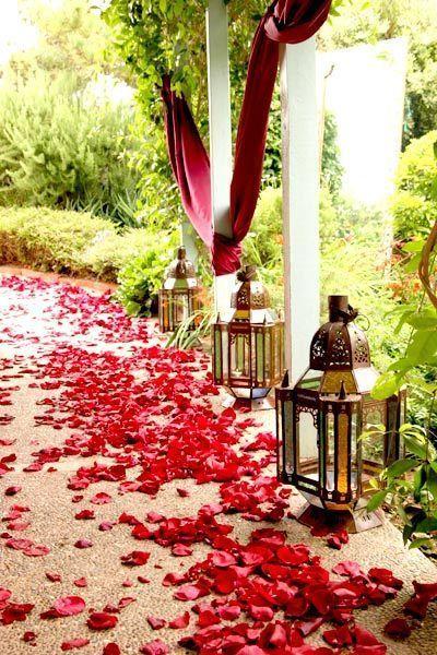 Une allée de mariage orientalehttps://www.pinterest.fr/pin/517069600942338105/