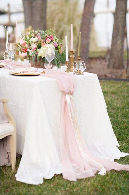 Une décoration de table romantiquehttps://www.pinterest.fr/pin/291959988327359242/