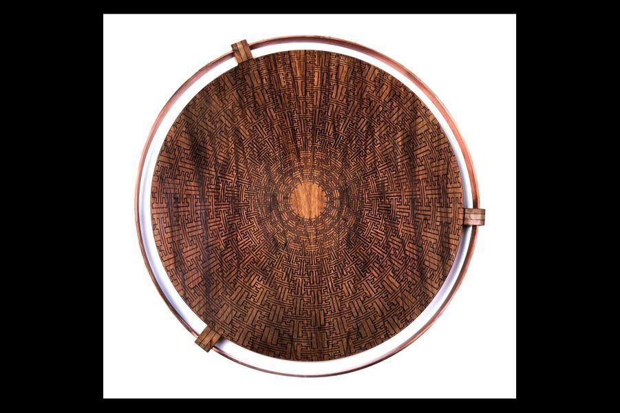 Trois bois découpés au laser, assemblés à la main et sertis de cuivre forment Rendez-vous, ce plateau d'inspiration ethnique qui bouscule les codes de la marqueterie.