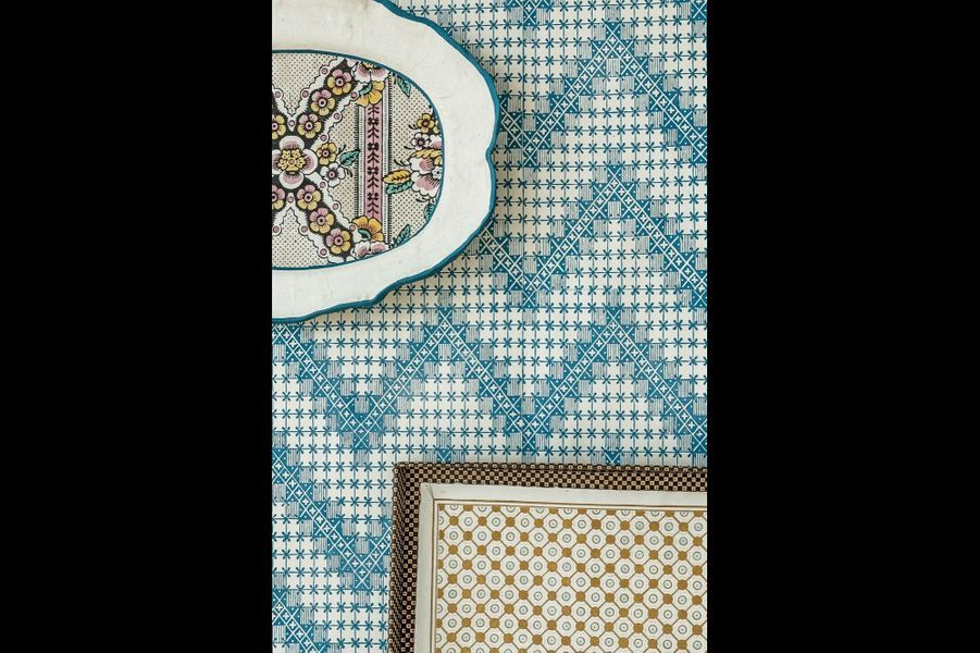 Rééditions de motifs du XVIIIe siècle que le trio décline aujourd'hui en papier peint et objets en papier mâché.