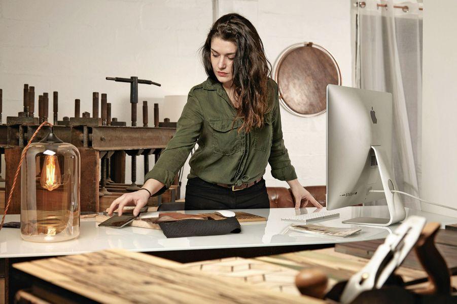 Anne Le Corno Marqueteuse 3.0 Tous mes amis sont en reconversion : menuisier, céramiste, fleuriste… » s'amuse Anne Le Corno. Dans son atelier-boutique du XIXe arrondissement de Paris, où elle vient tout juste d'accrocher ciseaux, rabots et maillets, elle reçoit plusieurs CV par jour. Après deux ans derrière un ordinateur dans une agence d'architectes, cette jeune Bretonne de 29 ans, fille d'un ingénieur et sculpteur amateur, puise dans son enfance pour changer de vie. Elle est reçue à l'école Boulle pour une reconversion, et crée dans la foulée un nouveau métier : la marqueterie au laser. « La maîtrise des logiciels d'architecture m'a permis d'envisager la tradition sous un autre angle. » Palissandre des Indes, ébène blanc du Laos, noyer français forment des motifs végétaux sophistiqués qui évoquent ceux des grands ensembliers français des années 1930. Lauréate du Grand Prix de la création de la Mairie de Paris en 2016, Anne a déjà été repérée : « J'ai dû apprendre à présenter mon travail, une étape nécessaire qui n'est pas encore intégrée dans l'artisanat. » farouche-paris.fr