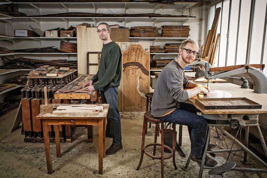 Lacroix Marrec Orfèvres du bois C'est une histoire d'hommes et de valeurs, comme souvent dans les métiers d'art. En 2013, Eric Lehuédé et Martin Delépine ont repris l'atelier de marqueterie de leurs maîtres d'apprentissage. Fondé il y a cent cinquante ans au coeur du faubourg du meuble quand la Bastille fourmillait d'ébénistes qui équipaient Paris, l'atelier est un témoin de l'histoire de l'artisanat en France. Il a d'ailleurs obtenu le label Entreprise du patrimoine vivant, mis en place en 2006 par l'Etat pour promouvoir les savoir-faire d'exception. A l'instar de nombreux artisans virtuoses, Eric et Martin maîtrisent leurs « Louis » – répertoire des styles français de Louis XIII à Louis Philippe – et les matières précieuses, écaille de tortue, os, bois de rose et de violette. Un savoir-faire rare qui inspire les designers. lacroixmarrec.com