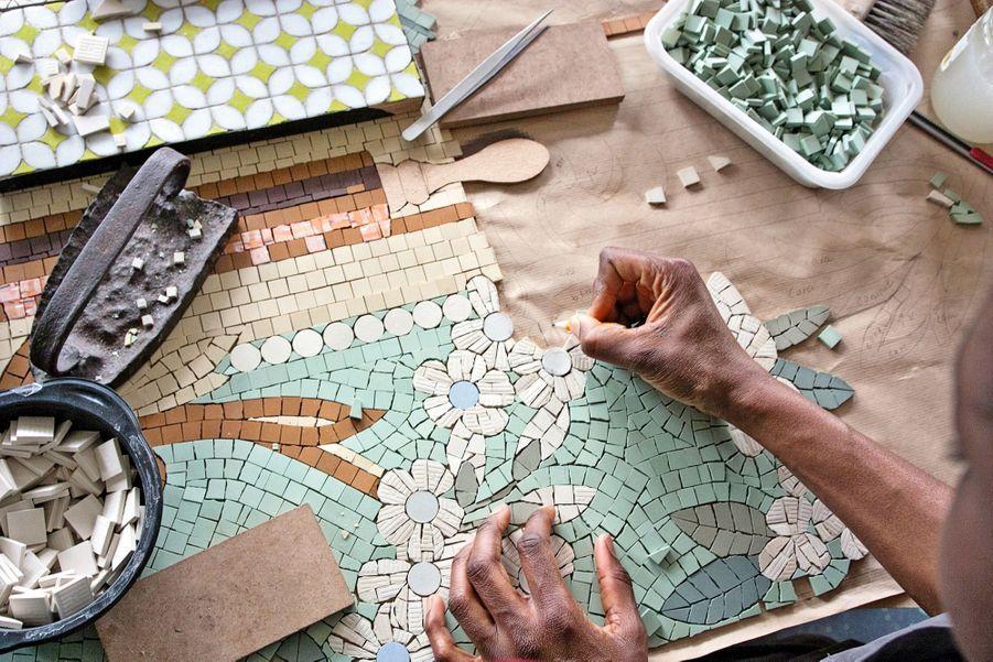 Grès, marbre, smalts sont découpés à la pince. La gestuelle se transmet depuis des siècles.