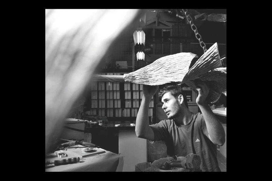 Maison Charles Bronzier à la mode depuis 1908 Avec 8 000 moules et un goût pour le décorum, les lampes de Maison Charles connaissent une renaissance. Au point que les faussaires se multiplient ; on croise ici et là des lampes ananas et des imitations seventies. Michael Wagner confirme : c'est la rançon du succès mais il revient de loin. Quand il l'acquiert en 2001, à 26 ans seulement, l'entreprise est moribonde. Michael Wagner est alors doublement formé chez Hermès et par une mère amatrice de ces sculptures de lumières qui font tout le charme de « Charles ». Aujourd'hui à Saint-Denis, les ateliers tournent à plein régime avec une petite vingtaine de fondeurs, ciseleurs, tourneurs qui profitent de cet engouement pour une déco patrimoniale, made in France et à la main, dans le monde entier. Le jeune DG continue d'avancer : il a nommé Emmanuel Bossuet, designer parisien, directeur artistique, prouvant une fois de plus qu'un regard neuf sur un savoir-faire ancien accomplit des miracles. charles.fr