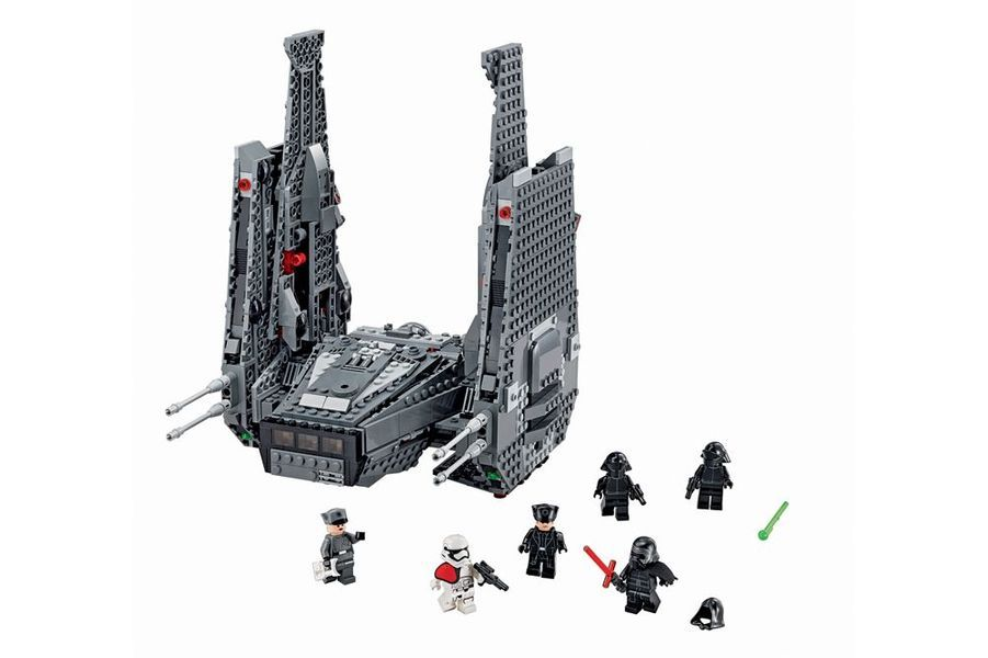 L'engin du commandant des Stormtroopers du Premier Ordre et nouveau méchant du dernier épisode est très détaillé avec ses 1 005 pièces. Il comprend six figurines avec armes et accessoires. Pour les fans du personnage, son sabre laser – poignée en métal et capteur de mouvements – est collector. Le Kylo Ren's Command Shuttle, Lego, 130,99 €, et le sabre laser Kylo Ren, Hasbro, 250 €.