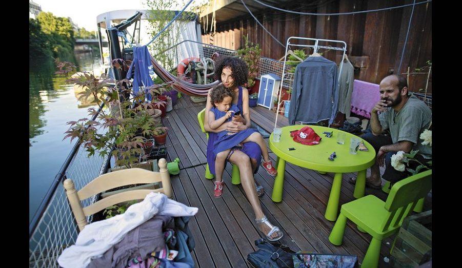Iman, 5 ans, a grandi sur le « Dolly-Prann », avec ses parents, Fred et Cherifa.