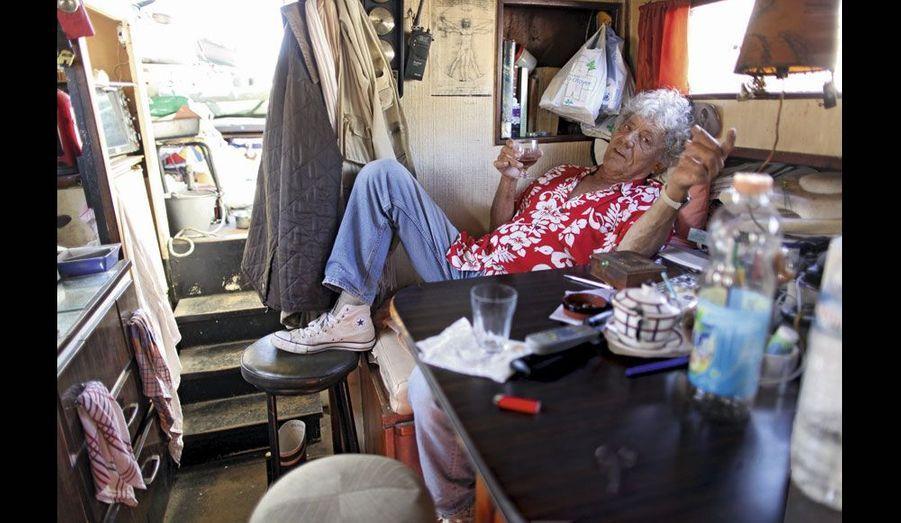 Olivier de Cornois vit sur son « Esox » depuis quarante et un ans. Même quand il est sur le quai pour carénage.