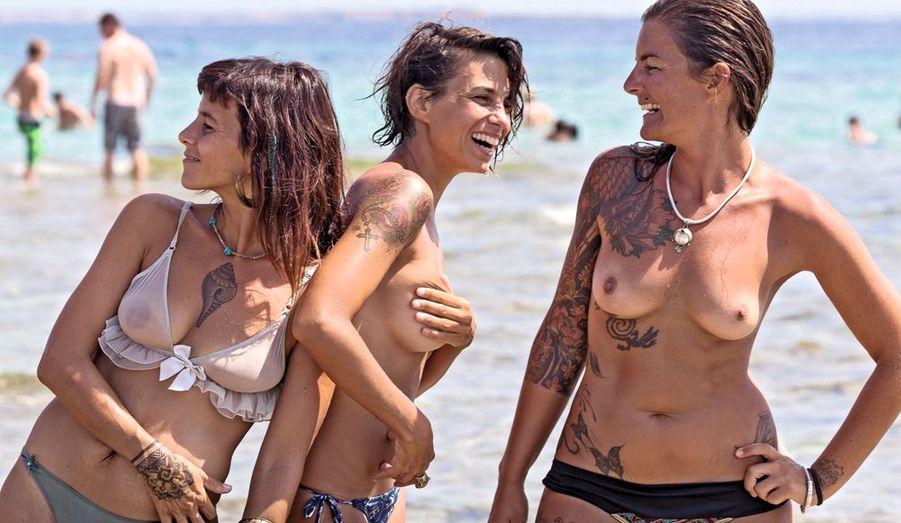 De g. à dr. : Augustina et Victoria, 30 ans, Carolina, 32 ans : la passion du tattoo depuis leurs 16 ans. La nouveauté cette année, le coquillage.