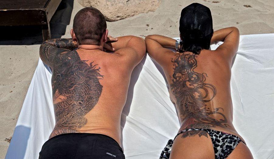 Apanage des marins et des marlous, il enlumine désormais les peaux les plus délicates pour s'épanouir sans distinction de corps ni de classe. Le tattoo étaitrebelle, il est maintenant tendance. En France, on compte plus de 2 000 studios de tatouage. Un Français sur dix s'est déjà fait graver le dessin de son choix.Ci-dessus, Olivier et Chloé, 40 ans, galeristes belges : « Il faut une certaine maturité pour passer à l'acte. »