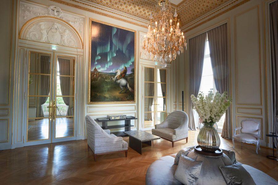Le Salon des Batailles, ouvrant sur la Concorde et l'un des tableaux du peintre contemporain Laurent Grasso. Entièrement restauré sous l'égide des monuments historiques et décoration intérieure d'Aline Asmar d'Amman.
