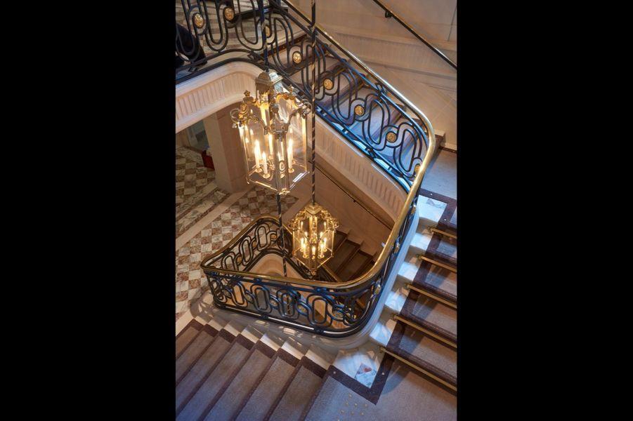 La cage d'escalier monumentale, classée, mène aux Salons historiques de l'étage noble, puis aux grands appartements signés Karl Lagerfeld.