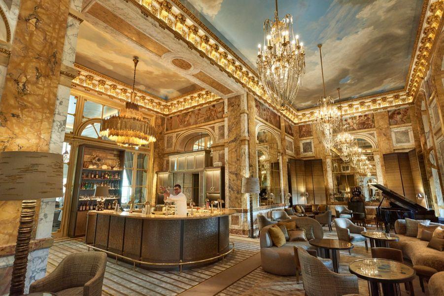 Le bar Les Ambassadeurs, imaginé par Chahan Minassian dans l'ancienne salle de restaurant. Sous la direction du chef Jean-François Piège, avec ses 3-étoiles, il fut l'une des tables les prestigieuses de Paris.