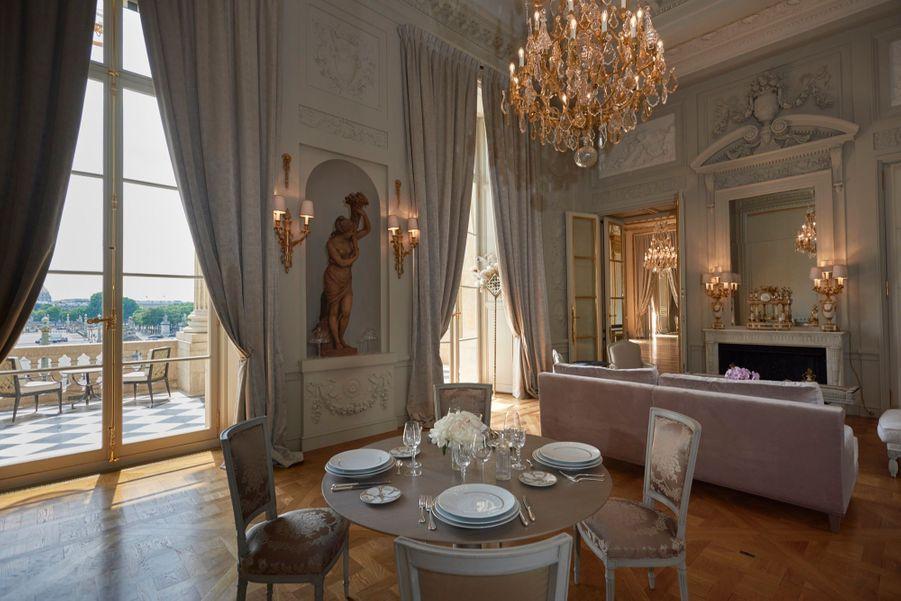 Le Salon Marie-Antoinette, réinterprété tout en délicatesse et féminité par Aline Asmar d'Amman.