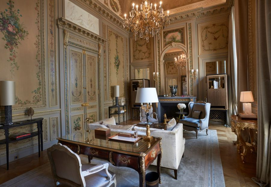 La suite Duc de Crillon aux boiseries peintes aux 18e siècle entièrement restaurées par les artisans d'art et décorée par Aline Asmar d'Amman, avec un mélange de mobiliers d'époque conservés et de design contemporain.