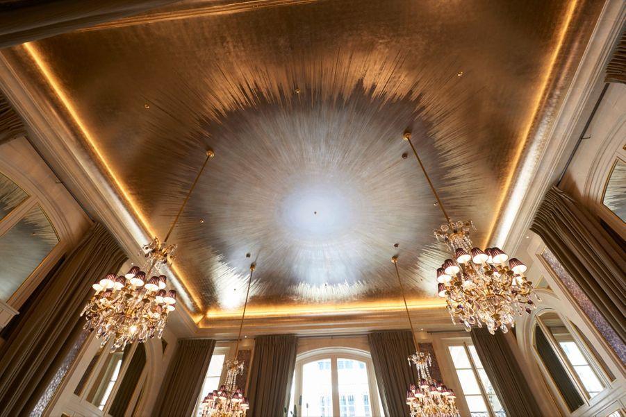 Le plafond du Jardin d'hiver, imaginé par Chahan Minassian, couvert de feuilles d'or, de poudre de nacre et de peinture posées en une séquence, à main levée.
