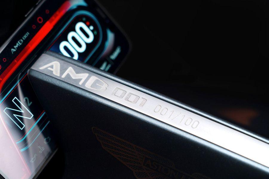 L'AMB 001 d'Aston Martin a été présentée le 5 novembre au salon de l'EICMA à Milan.
