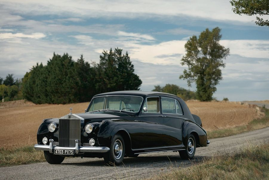 Estimée entre 100 000 et 150 000 euros, cette Rolls-Royce Phantom V (1962) brille par son exclusivité
