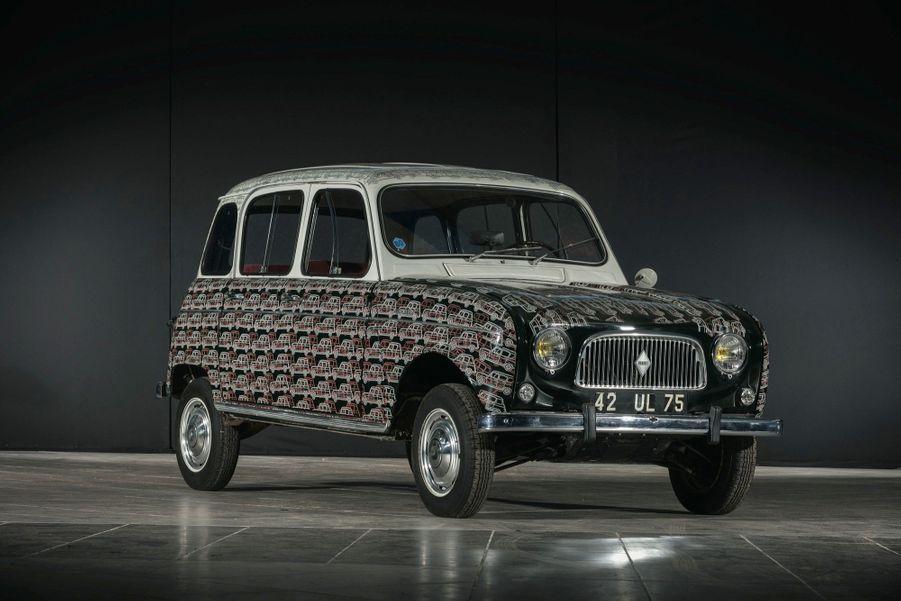 Peinte par Arman, cette Renault 4 (1967), estimée 30 000 euros, affiche moins de 1 000 kilomètres au compteur.