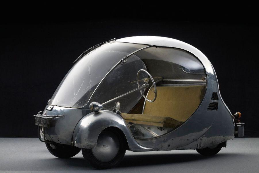 L'OEUF D'ARZENS (1942)Designer formé aux Beaux-Arts et bricoleur de génie, Paul Arzens conçoit cette citadine futuriste mariant aluminium et Plexiglas. Tout en galbes et en surfaces lisses, l'OEuf est considéré comme le premier véhicule urbain électrique. Son lot de batteries lui assure 100 kilomètres d'autonomie et 70 km/h en vitesse maxi.