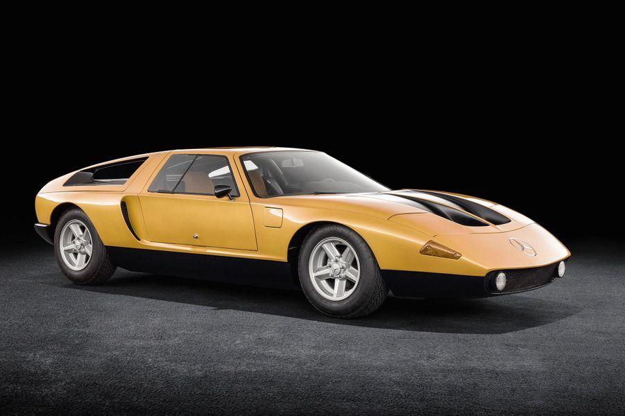 MERCEDES C111 TYPE II (1970)Laboratoire roulant, cette automobile expérimentale dispose d'un moteur rotatif en position centrale arrière. Mais ce sont surtout ses portes papillon, son aérodynamique record (Cx de 0,32), sa puissance (350 ch), sa vitesse de pointe (300 km/h) et son coloris orange, typique des années 1970, qui ont marqué les esprits.