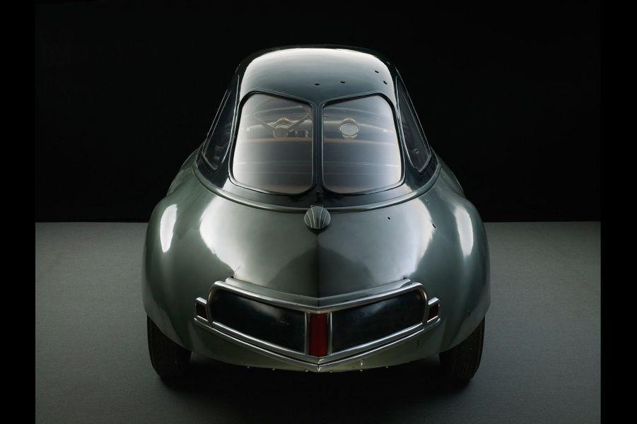 PANHARD DYNAVIA (1948)Dessiné par Louis Bionier, ce prototype s'inspire de la silhouette parfaite d'une goutte d'eau. Si la maquette à l'échelle 1/5 affiche un Cx de 0,17, la version dévoilée au Salon de Paris 1948 brille aussi par sa finesse aérodynamique. Les lignes de la Dyna Z, commercialisée en 1954, doivent beaucoup à l'audace de la Dynavia.