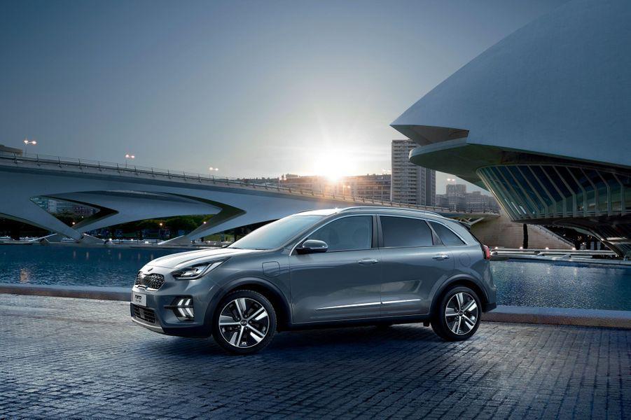 KIA NIRO (hybride rechargeable) AUTONOMIE ÉLECTRIQUE : 49 KM CONSO MIXTE : 1,4 L/100 KM PRIX : à partir de 35 990€