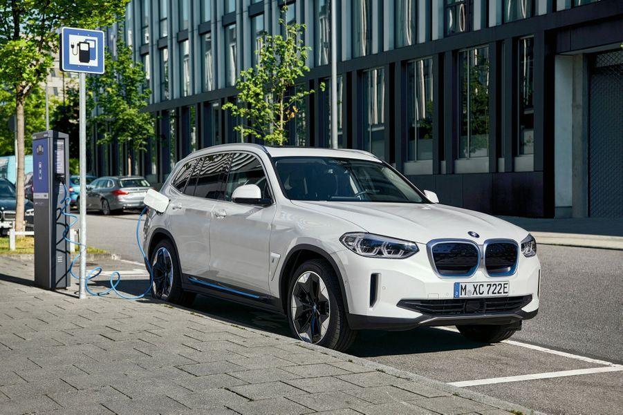 Chez BMW, le nouveau SUV X3 existe désormais en version électrique, baptisée iX3.