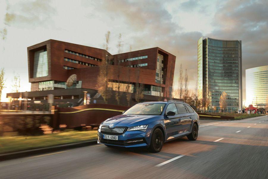 La Superb iV témoigne des ambitions de Skoda sur le marché des hybrides plug-in.