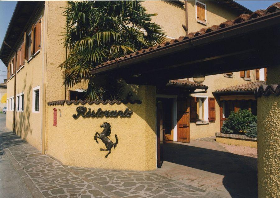 La façade de l'auberge accueille ses visiteurs avec la fameux cheval cabré.